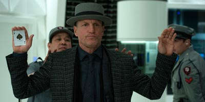 Woody Harrelson mit Spielkarte in Now you see me 2
