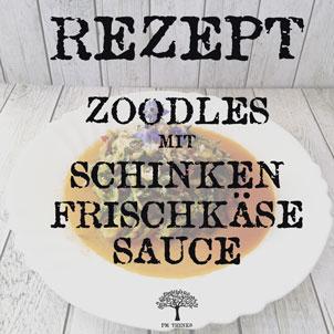 Zoodles mit Schinken-Frischkäse-Sauce auf Teller auf Holztisch