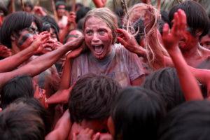 Kirby Bliss Blantoninmitten von Ureinwohnern in Szene von The Green Inferno von Eli Roth