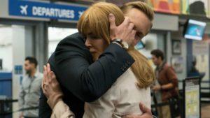Szenenbild Big Little Lies mit Nicole Kidman und Alexander Skarsgard in Umarmung an Flughafen