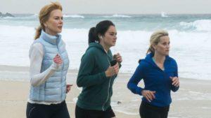 Szenenbild Big Little Lies mit Nicole Kidman, Shailene Woodley und Reese Witherspoon beim Joggen am Meer