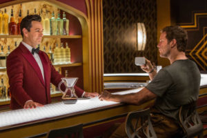 Michael Sheen und Chris Pratt in der Bar des Avalon Raumschiffs in Passengers