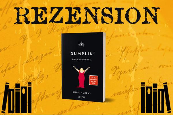 Rezension Dumplin' von Julie Murphy mit Buchcover zwischen Bücherstapeln