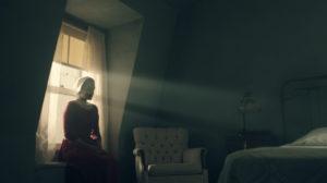 Elisabeth Moss in The Handmaid's Tale vor Fenster mit Sonneneinstrahlung