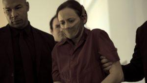 Alexis Bledel mit Beißschutz in The Handmaid's Tale