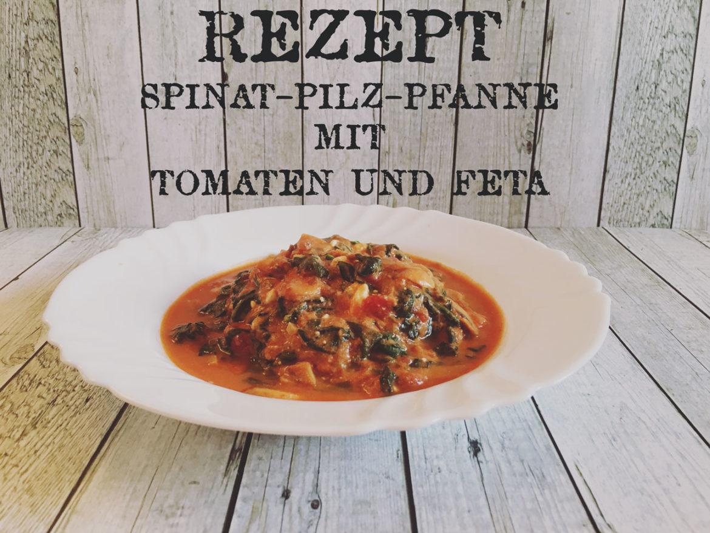 Rezept Spinat-Pilz-Pfanne mit Tomaten und Feta auf Holztisch