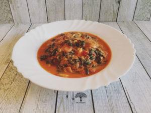 Rezept Spinat Pilz Pfanne mit Tomaten und Feta auf Holztisch