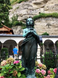 Figur im Petersfriedhof in Salzburg