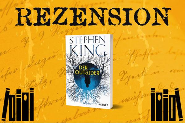 Cover von Der Outsider von Stephen King auf orangenem Hintergrund mit Bücherstapeln